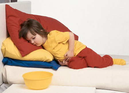 Sơ cứu khi trẻ bị ngộ độc thức ăn 1